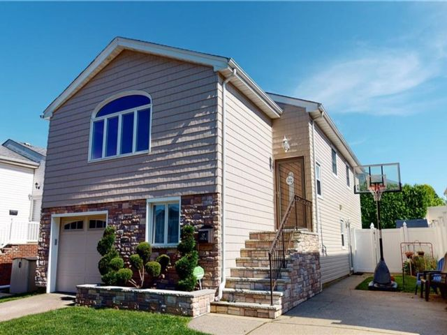 5 BR,  3.00 BTH Multi-family style home in Annadale