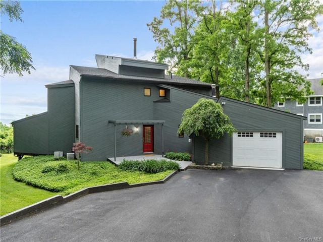 3 BR,  3.00 BTH Contemporary style home in Newburgh
