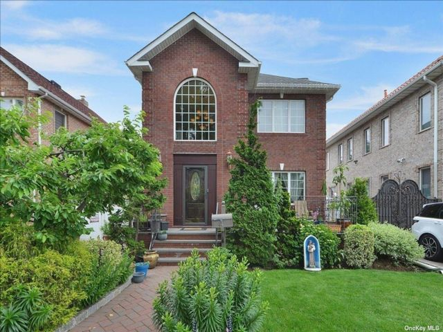 4 BR,  3.50 BTH Colonial style home in Whitestone
