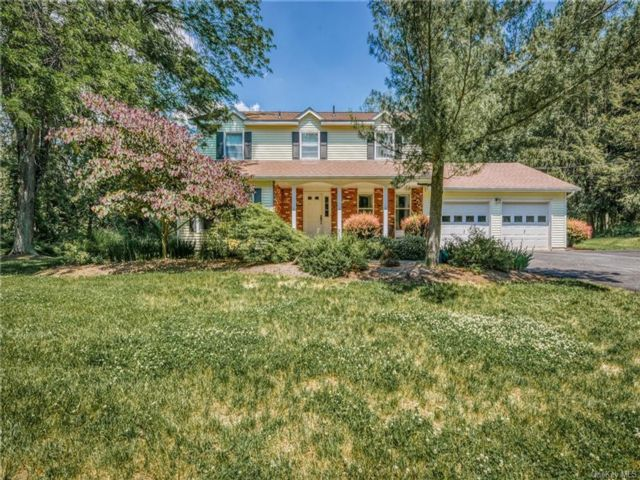 4 BR,  3.00 BTH Colonial style home in Warwick