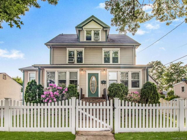 7 BR,  4.00 BTH Other style home in Harrison