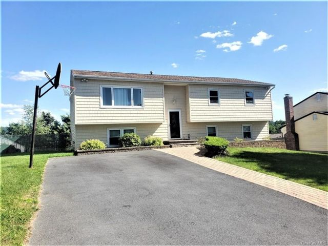 4 BR,  3.00 BTH Bilevel style home in Woodbury Town