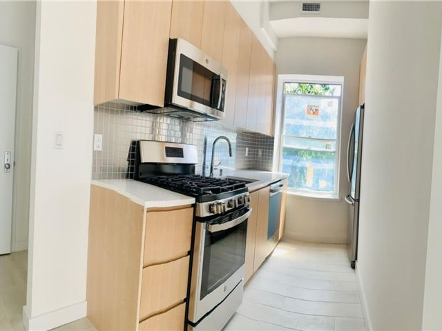 2 BR,  1.00 BTH Multi-family style home in Homecrest