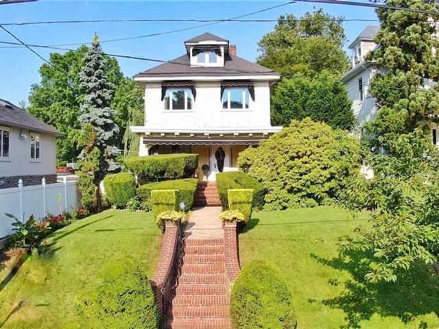 4 BR,  2.00 BTH Single family style home in West Brighton