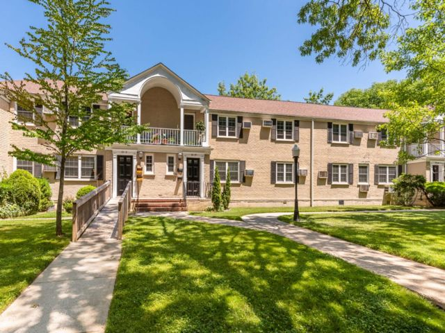 3 BR,  1.00 BTH Coop style home in Oakland Gardens