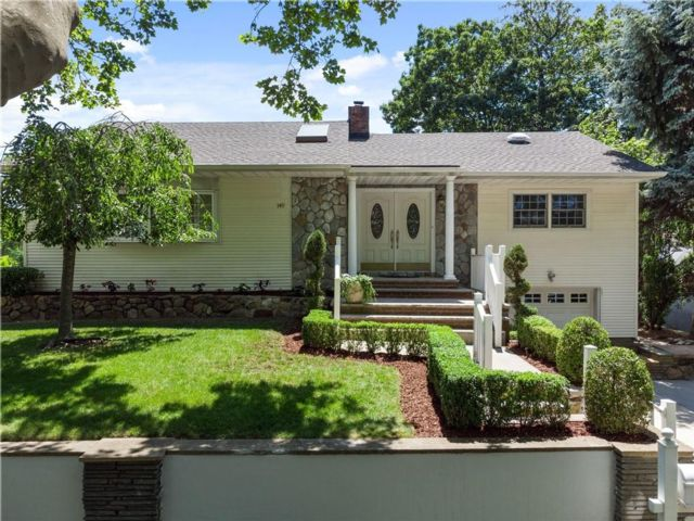 3 BR,  4.00 BTH Single family style home in Grasmere
