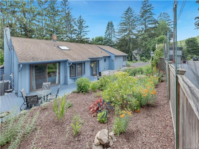 3 BR,  3.00 BTH Ranch style home in Stony Point