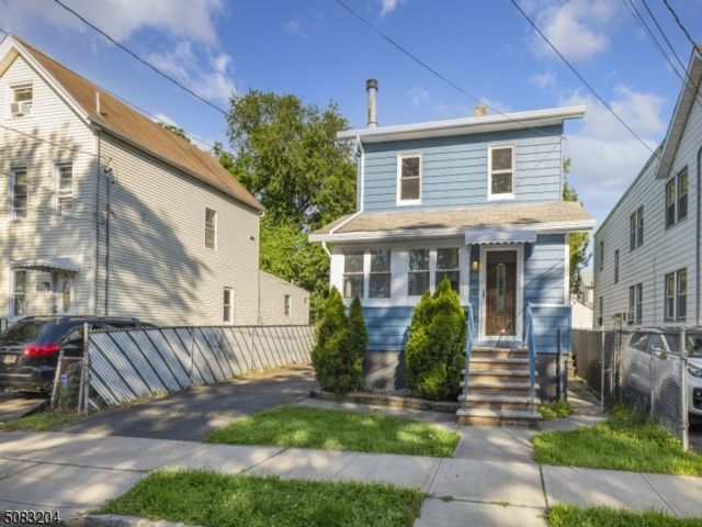 3 BR,  1.00 BTH Colonial style home in Belleville