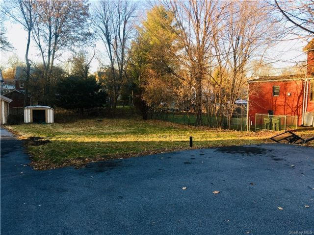 Lot <b>Size:</b>  Land style home in Middletown