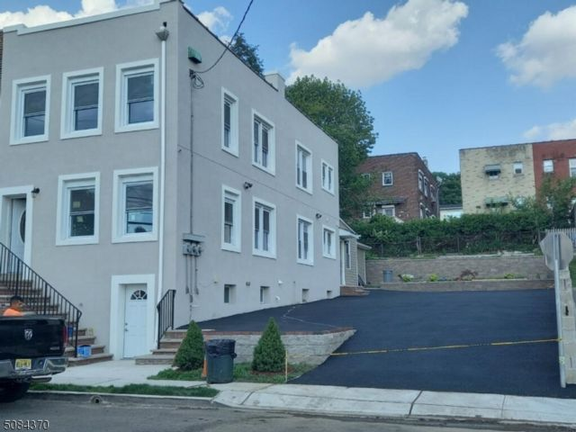 4 BR,  3.00 BTH Multi-family style home in Fairview