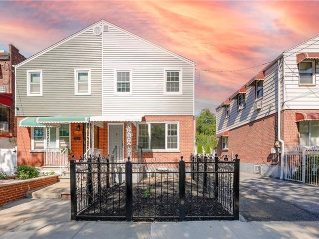 3 BR,  3.00 BTH House style home in Wakefield