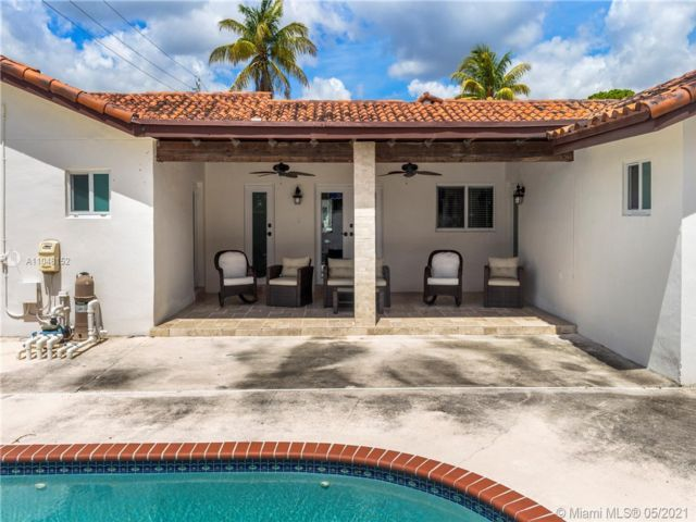 5 BR,  4.00 BTH  style home in Hollywood