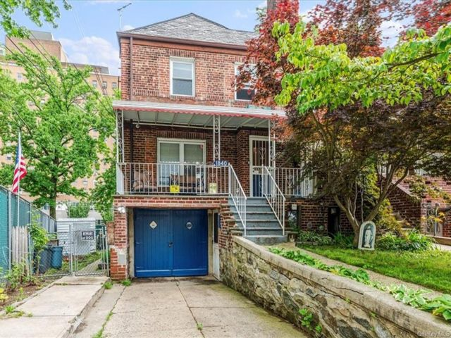 4 BR,  3.00 BTH Colonial style home in Pilgrim