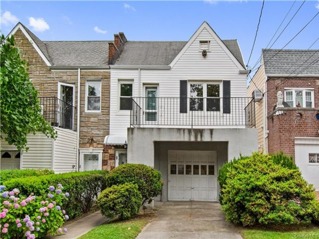 3 BR,  2.00 BTH House style home in Throggs Neck