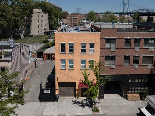 6 BR,  4.00 BTH Commercial style home in Astoria