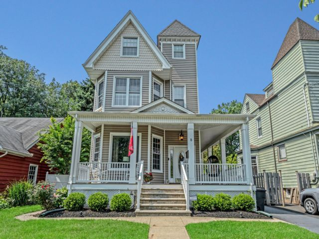 4 BR,  3.00 BTH Colonial style home in Kearny