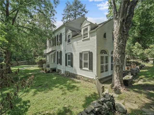 6 BR,  4.00 BTH Colonial style home in Carmel