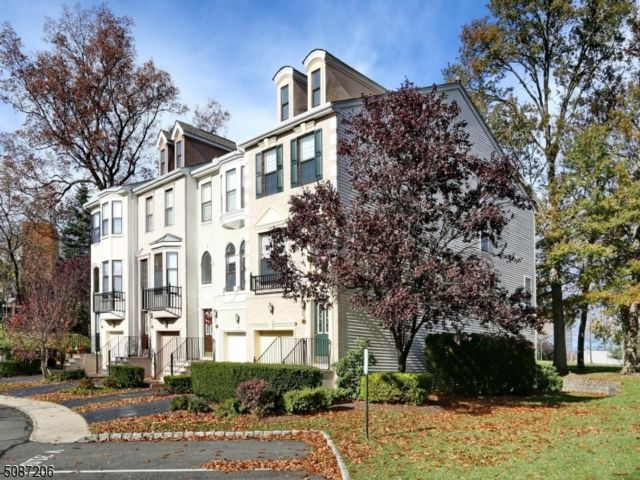 2 BR,  2.50 BTH Townhouse-end u style home in Nutley