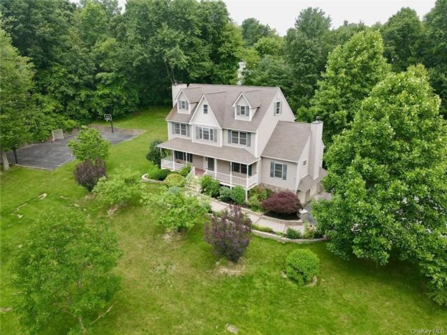 4 BR,  3.00 BTH Colonial style home in Newburgh