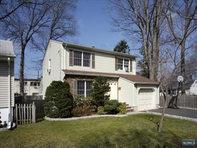 3 BR,  2.50 BTH House style home in Bergenfield