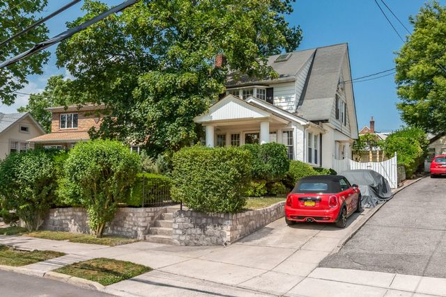 3 BR,  3.00 BTH Single-family h style home in Little Neck