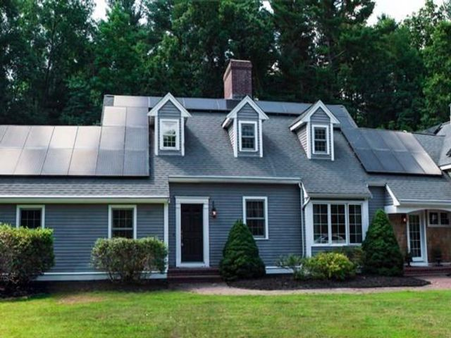 4 BR,  3.50 BTH Cape style home in Northborough