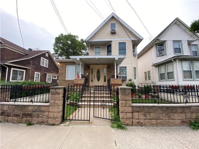 4 BR,  3.00 BTH Single family style home in West Brighton