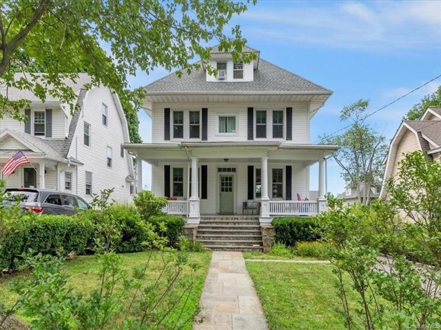 6 BR,  3.00 BTH Colonial style home in New Rochelle