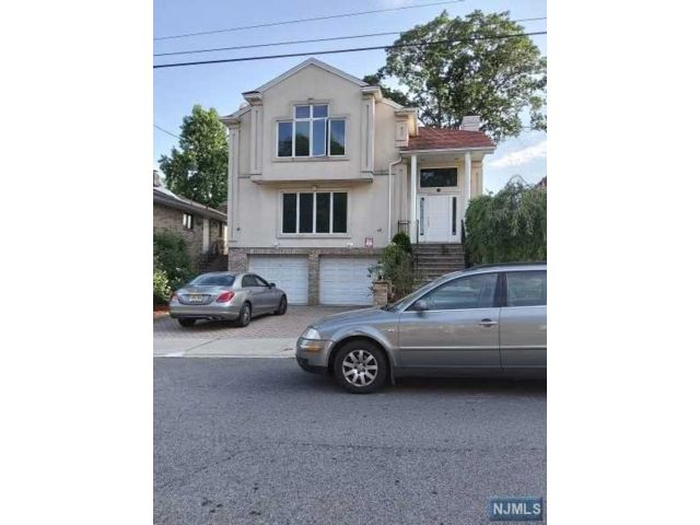 5 BR,  3.50 BTH Colonial style home in Fort Lee