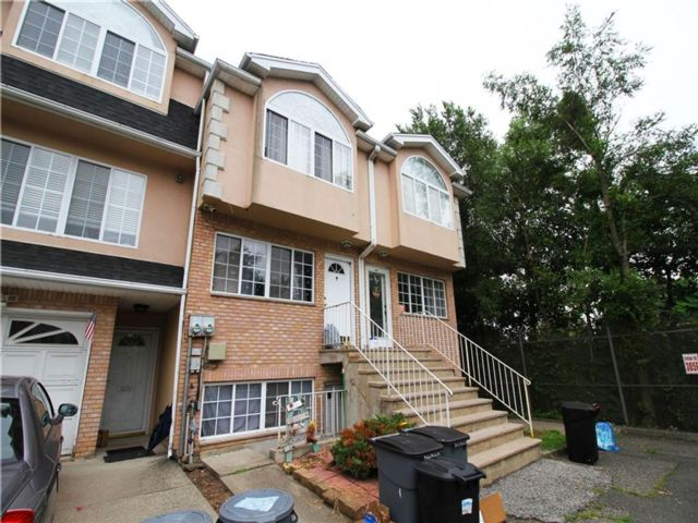 4 BR,  2.50 BTH Multi-family style home in New Dorp