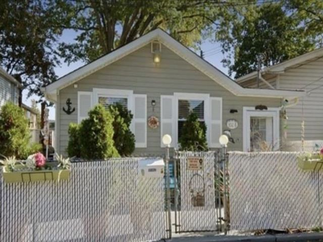 2 BR,  1.00 BTH House style home in Throggs Neck
