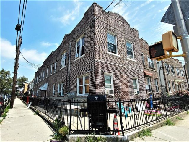 12 BR,  0.00 BTH Multi-family style home in Gravesend