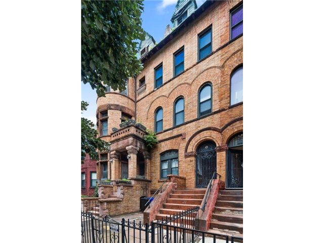 5 BR,  4.00 BTH Single family style home in Crown Heights