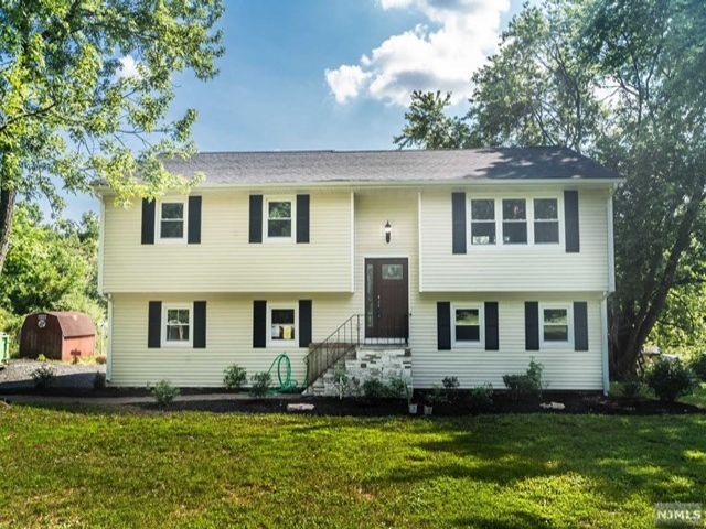 3 BR,  2.50 BTH Bi-level style home in Whitehouse