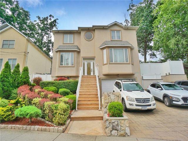 4 BR,  5.00 BTH Single family style home in Arrochar