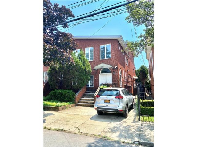5 BR,  6.00 BTH Single family style home in Gravesend