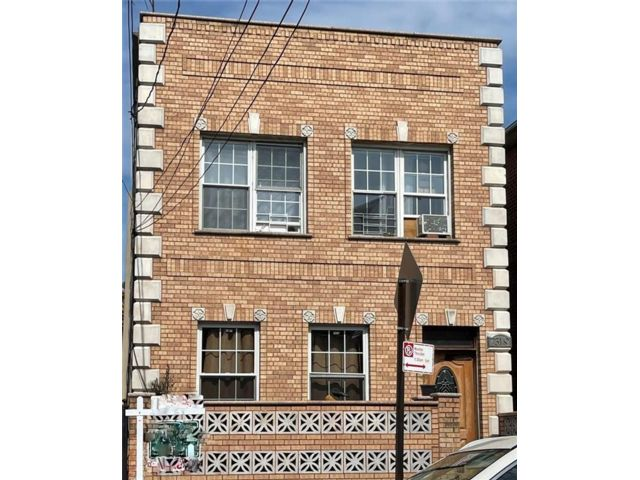 7 BR,  0.00 BTH Multi-family style home in Gravesend