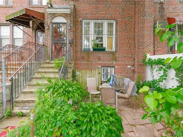 4 BR,  2.00 BTH Tudor style home in Soundview