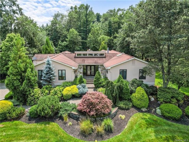 6 BR,  4.00 BTH Ranch style home in Clarkstown