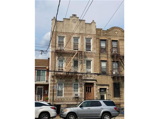 10 BR,  0.00 BTH Multi-family style home in Dyker Heights