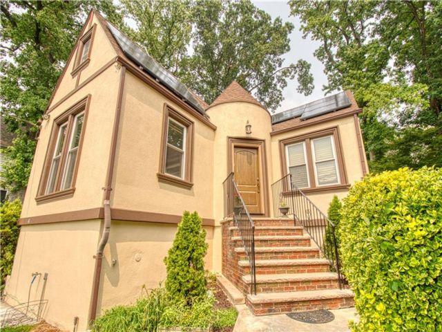 4 BR,  3.00 BTH Single family style home in Sunnyside