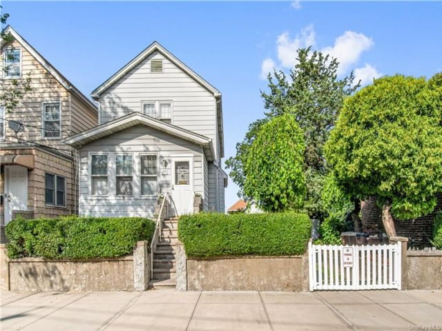 3 BR,  3.00 BTH 2 story style home in Throggs Neck