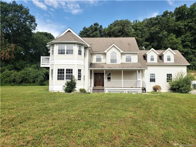4 BR,  3.00 BTH Colonial style home in Chester