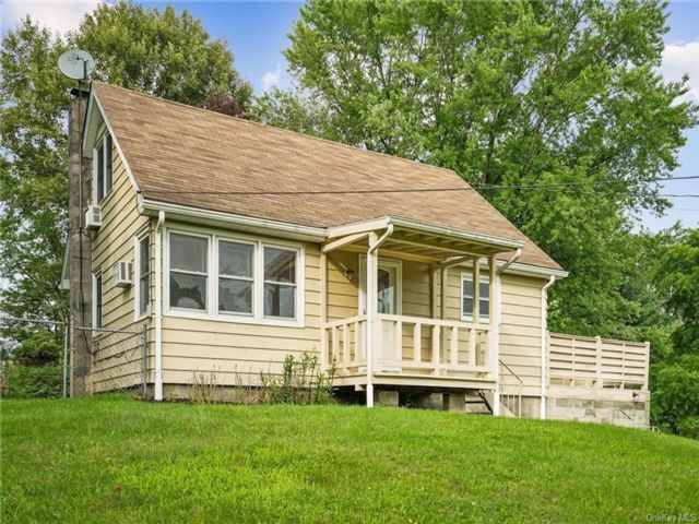 3 BR,  2.00 BTH Cape style home in Woodbury Town