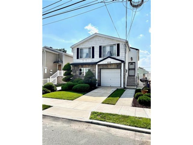 6 BR,  5.00 BTH Multi-family style home in Willowbrook