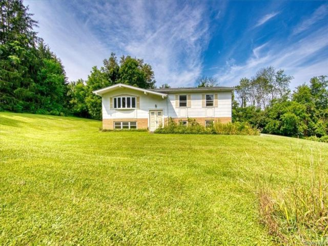 4 BR,  3.00 BTH Raised ranch style home in Warwick