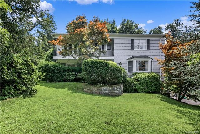 5 BR,  4.00 BTH Colonial style home in Mount Pleasant