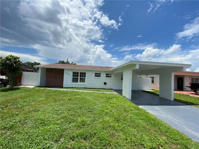 5 BR,  2.00 BTH  style home in Hollywood