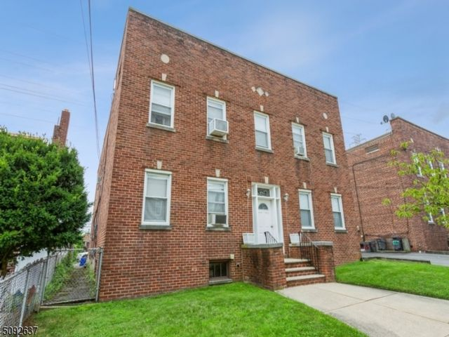 8 BR,  4.00 BTH Multi-family style home in Belleville