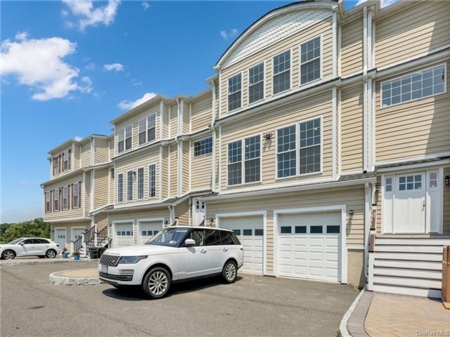 3 BR,  3.00 BTH Townhouse style home in Clarkstown